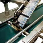 Konsis konveyör alt ve üst yüzeyden 2 yön etiketleme konveyör uygulaması..