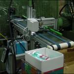 Konsis konveyör slikon tüp üzerine çevresel markalama inkjet konveyör sistemi..
