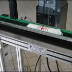 Konsis konveyör slikon tüp üzerine iki satır yazı markalama inkjet konveyör sistemi..