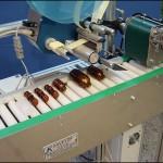 Konsis konveyör ürün ayırıcılı ve çevresel yatık etiketleme konveyör uygulaması..