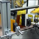 Konsis konveyör hatveli beslemeli 3 yüzeyden ( ön-arka yüz ve kapak emniyet etiketi ) etiketleme konveyör sistemi..