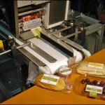 Konsis konveyör Turkish&DoCo poşet ürün üst etiketleme konveyör sistemi..