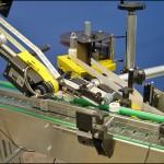 Konsis konveyör çevresel ve üst yüzeyden 2 yön etiketleme konveyör uygulaması..